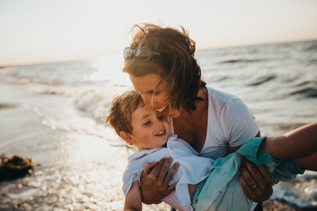 mère et enfant joyeux